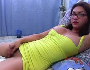 2015-11-10yellowdress-in-bed-cum-v